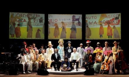 L'Orchestra di Piazza Vittorio fuori dalla buca per Il Flauto Magico al Carignano.