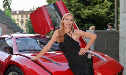 Ute Lemper arriva a Torino a bordo della rossa concept car di Giugiaro.