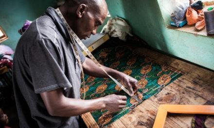 "I colori sgargianti delle ""Mani d'Africa"" tutti in fibra vegetale."
