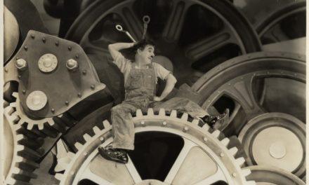 Il 31 dicembre il Teatro Regio celebra Charlie Chaplin musicando il film Tempi moderni. Dirige Timothy Brock.