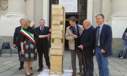 La scultura del Maestro Gribaudo in Piazza Carlo Alberto: il libro, pietra miliare delle nostre esistenze.