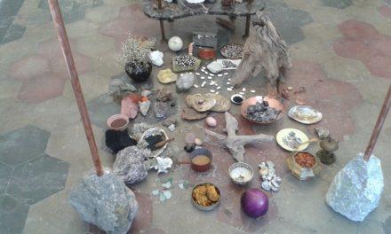 QUARTZ STUDIO si trasforma in una cappella votiva, opera sciamanica dell'artista Athena Vida.