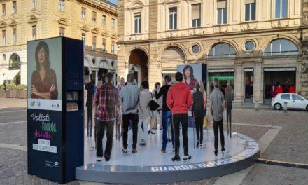 Voltati. Guarda. Ascolta. A Torino la campagna di sensibilizzazione sul tumore al seno.