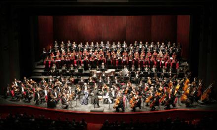 """Il Teatro Regio con il """"Sogno di una notte di mezza estate"""" nel quadrato magico di Piazzetta Reale."""