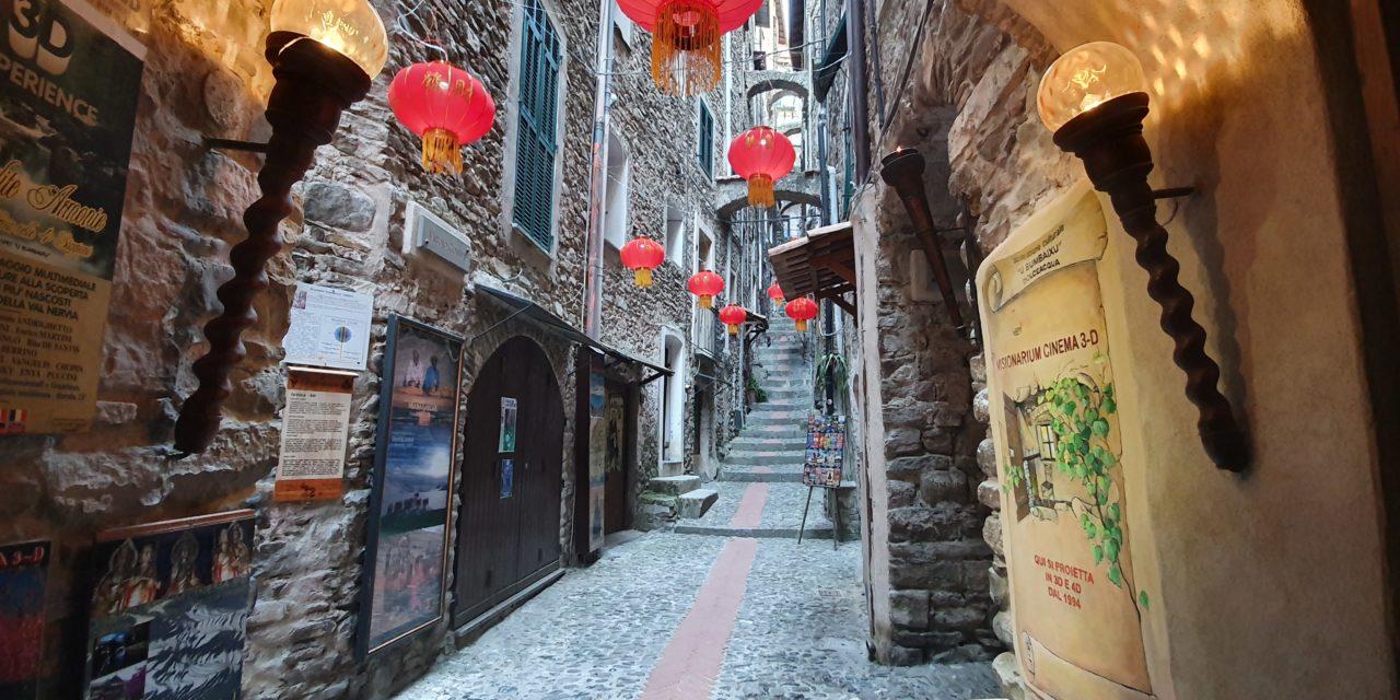 Il Visionarium di Dolceacqua si accende insieme a rosse lampade cinesi.