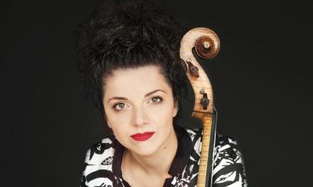 Miriam Prandi pianista e violoncellista sul palco con l'OFT.