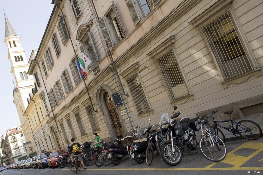 Lo IED stanzia borse di studio per sostenere gli studenti.